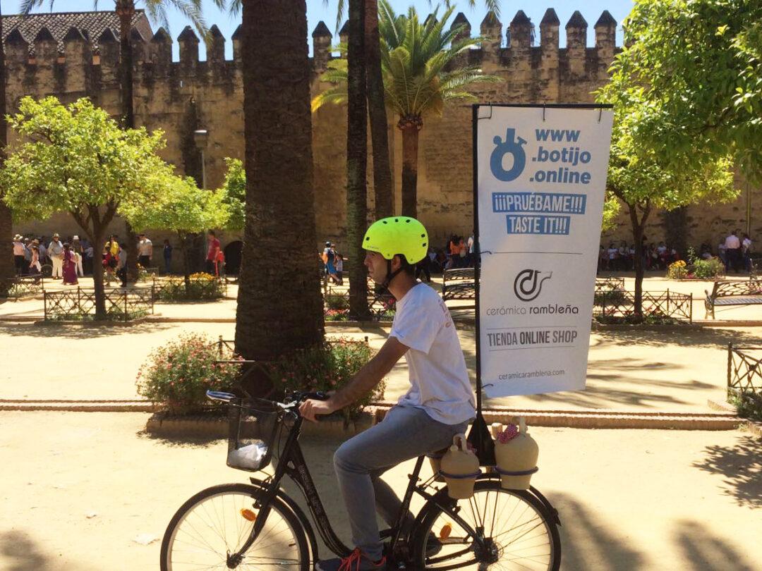 Una bicicleta repartirá agua en botijo en el centro histórico de Córdoba