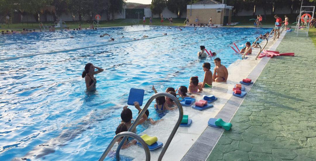 Los discapacitados, pensionistas y familias con dificultades entrarán gratis a la piscina de Castro del Río