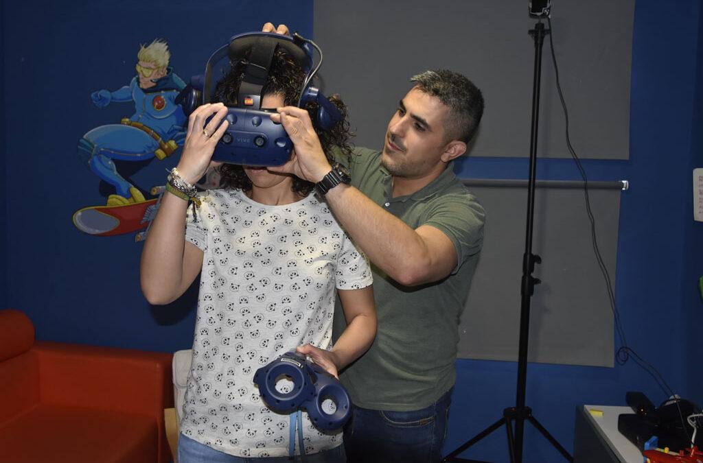 Los niños del Hospital Reina Sofía visitan la Feria de Córdoba con unas gafas de realidad virtual